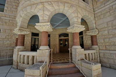 Comal_County_Courthouse_entrance_DSC0258