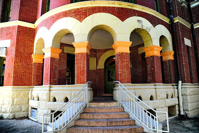Gonzales_County_Courthouse_Corner_Entrance_RAW4126
