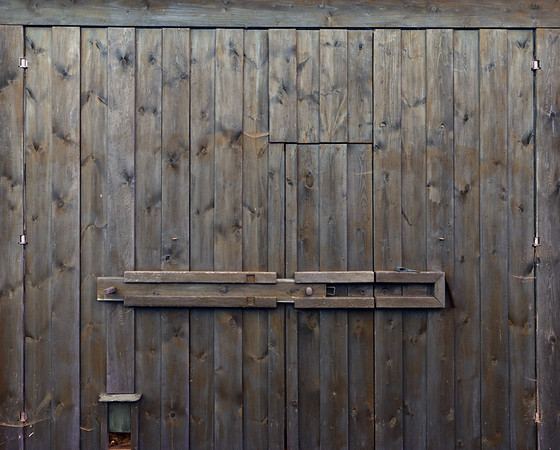 Historisches Scheunentor, Antikes Scheunentor aus Holz, zweiflügelig mit Schlupftür