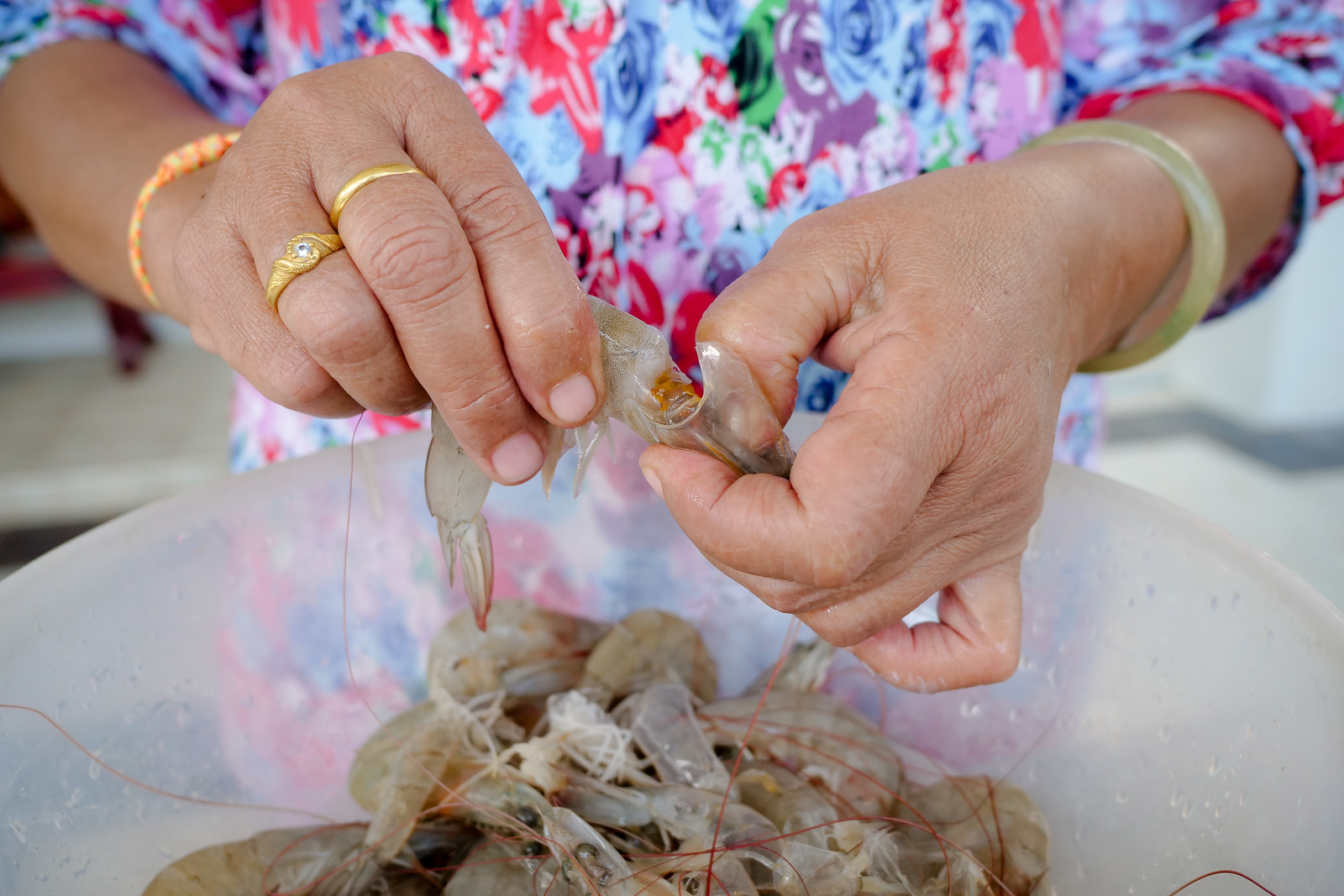 Peeling shrimp for the recipe of shrimp chili dip