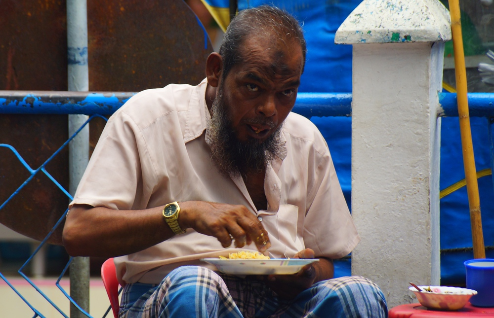 PHOTO: Burmese Man Eating Lunch