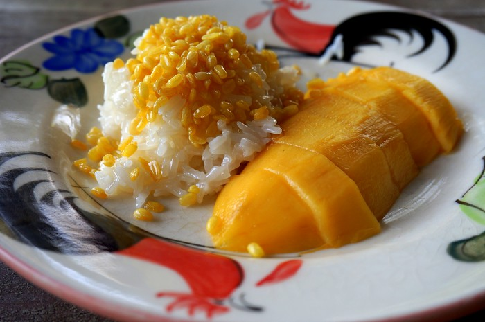Mango sticky rice topped with crispy mung beans - a wonderful dessert!