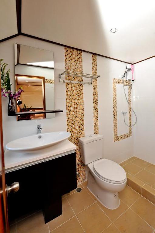 White Manta Thailand Liveaboard Ensuite Bathroom