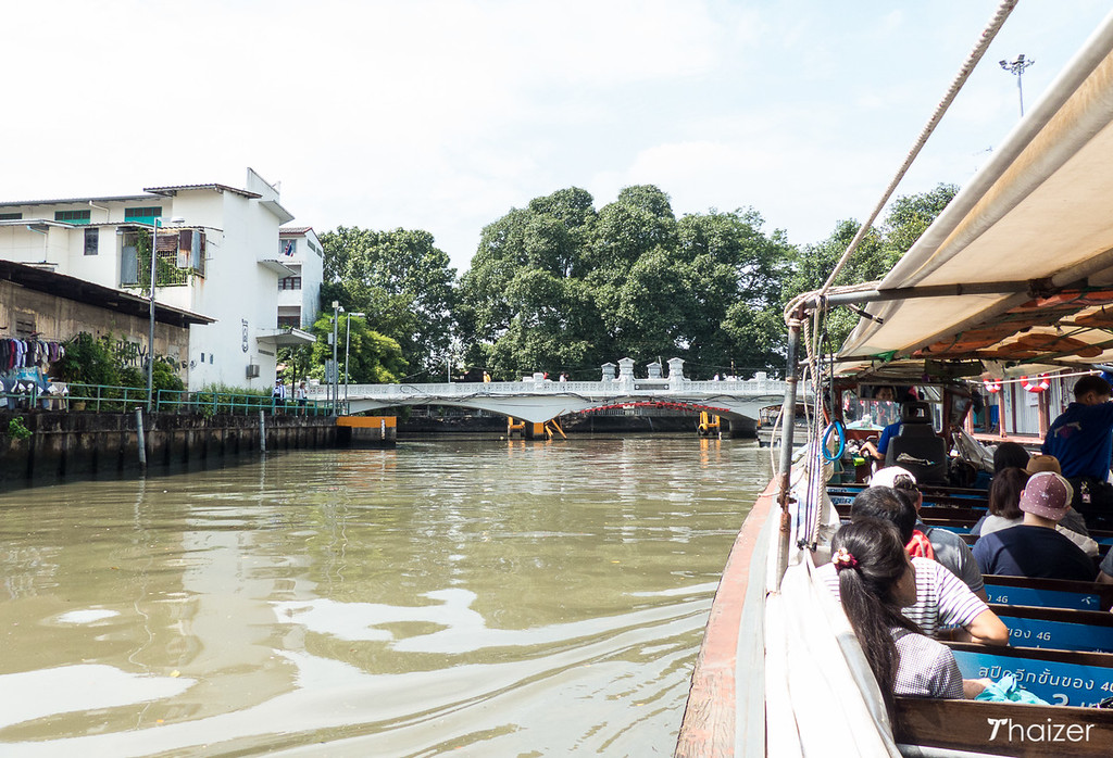 canal taxi boat in Bangkok approaching Mahadthai Uthit bridge