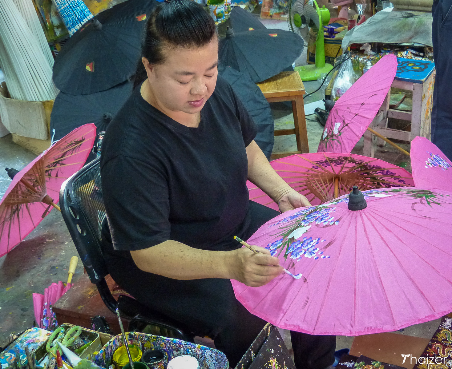 painting the umbrellas in Bo Sang
