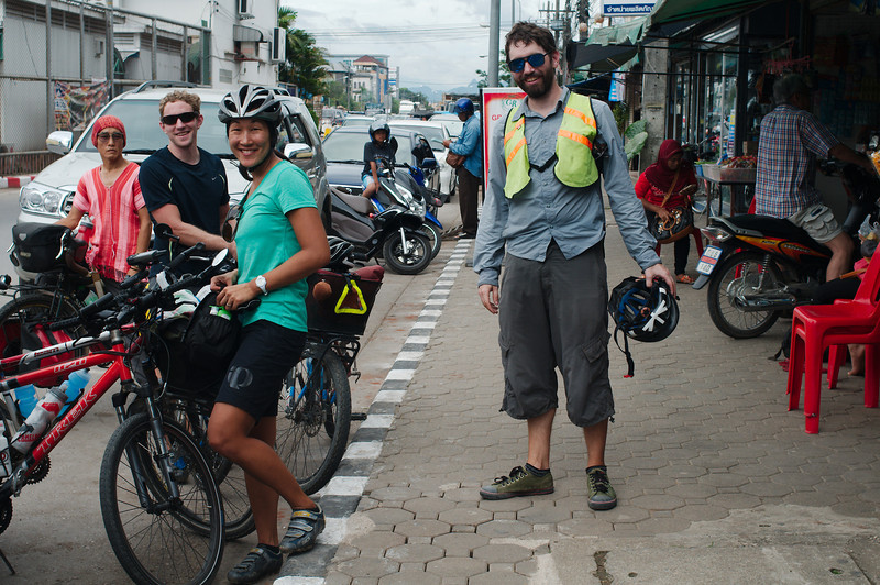 Meeting American cyclists Lindsay and Matt in Mae Sot