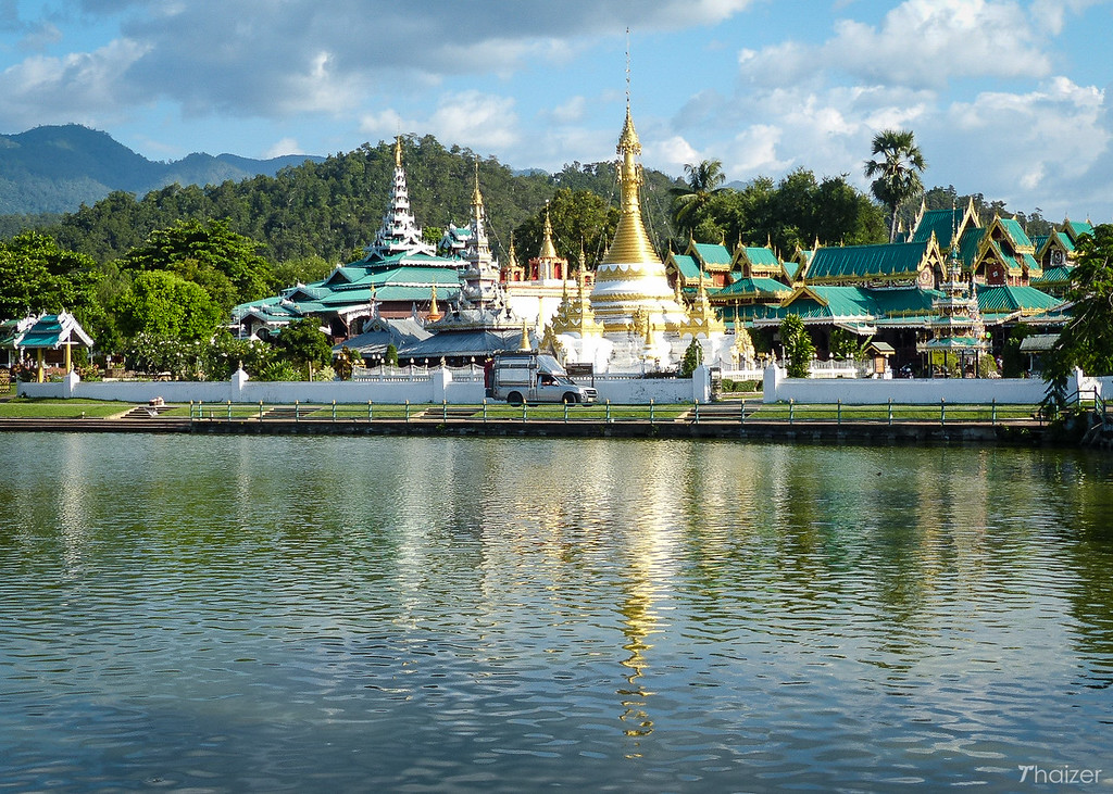 lakeside temples Wat Chong Kham and Wat Chong Klang, Mae Hong Son