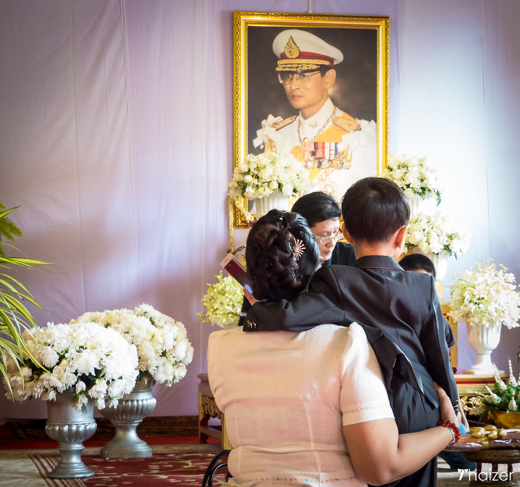 paying respects to the Thai King