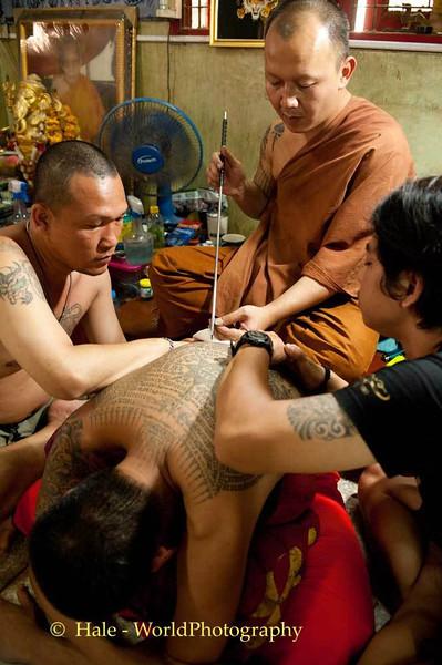 Luang Pi Nunn Applies Yantra Symbols