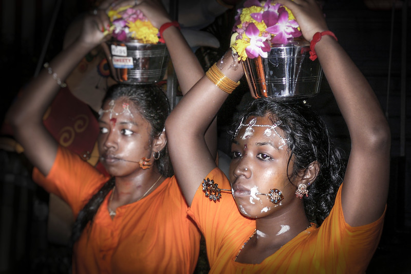 Los participantes visten amarillo y naranja, colores significativos para su divinidad Lord Murugan.