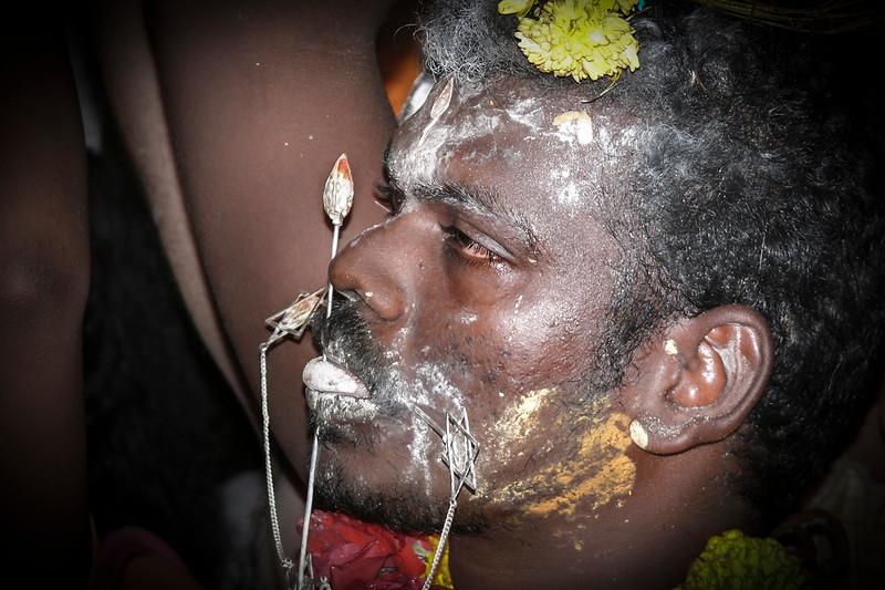 La lengua y las mejillas están perforadas por dos pinchos simbólicos para mostrar que un peregrino sacrifica el don del habla.