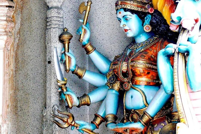 La Diosa Parvati/ Durga ofrece fuerza y protección a los devotos que se encaminan hacia el templo de Lord Murugan soportando duras  penitencias.