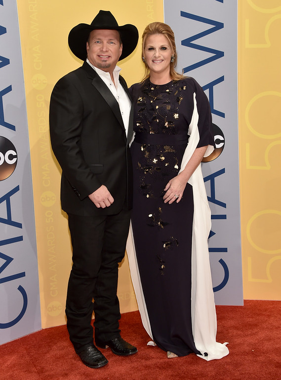 . Garth Brooks, left, and Trisha Yearwood arrive at the 50th annual CMA Awards at the Bridgestone Arena on Wednesday, Nov. 2, 2016, in Nashville, Tenn. (Photo by Evan Agostini/Invision/AP)