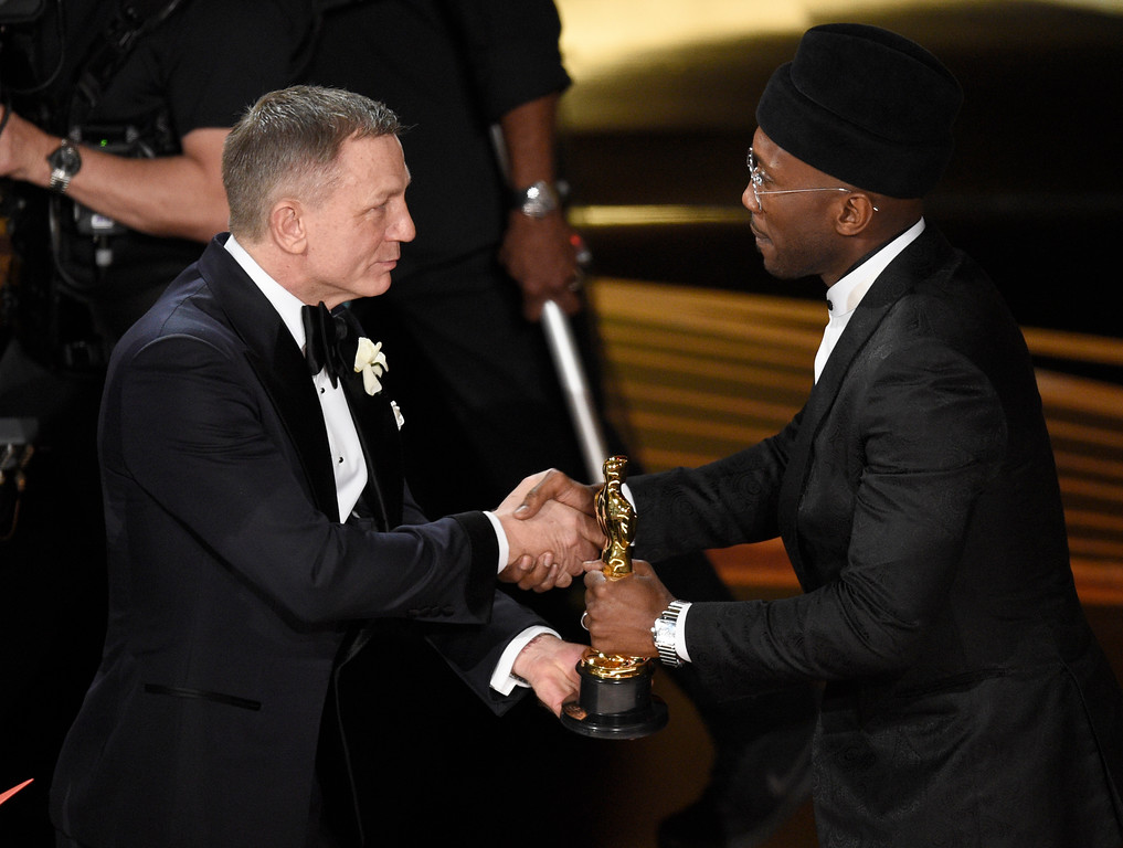 ". Daniel Craig, left, presents Mahershala Ali with the award for best performance by an actor in a supporting role for ""Green Book\"" at the Oscars on Sunday, Feb. 24, 2019, at the Dolby Theatre in Los Angeles. (Photo by Chris Pizzello/Invision/AP)"