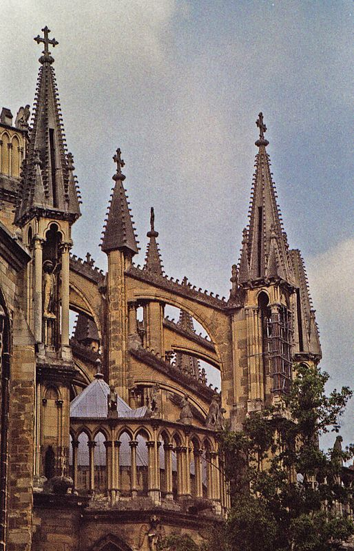 A clear look at the flying buttresses and pinnacles.