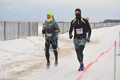 some of the few runners bundled up.