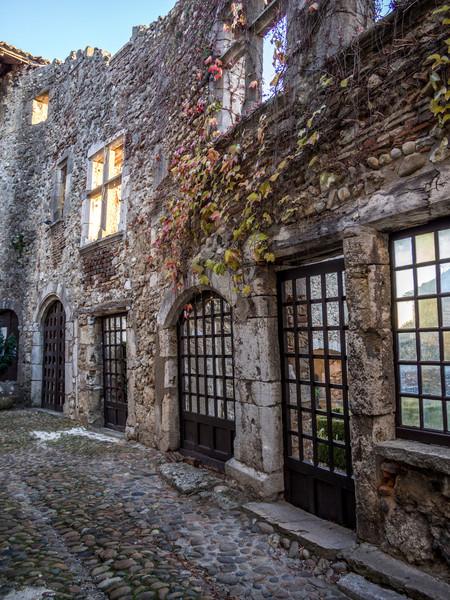 Walls and Windows, Pérouges