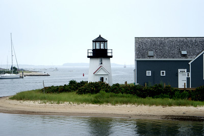 A small ligthouse at the mouth of Hyannis Harbor.