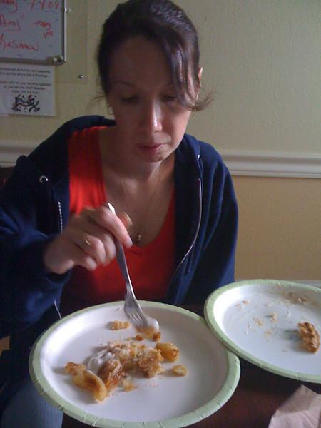 2009 07 04 - Michele eats apple pie