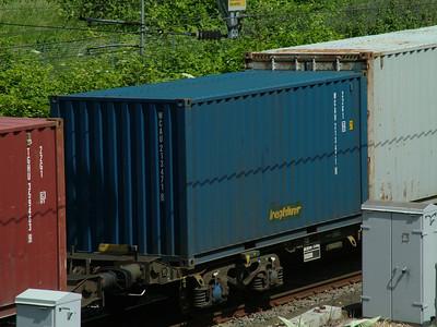 22G1 WCAU213471-8 at Willesden Junction with Freightliner branding