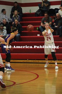 Curran McLaughlin | The Leader Kelly Leerar throws a pass across the court.