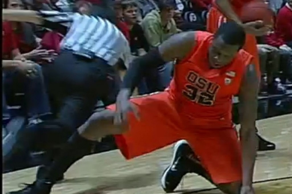 """. <p>10. (tie) REFEREE TRIPPING </p><p>If you�re gonna try it, you have to be a LOT more subtle than Oregon State�s Jarmal Reid. (unranked) </p><p><b><a href=\""""http://www.usatoday.com/story/sports/ncaab/pac12/2016/01/18/pac-12-review-jarmal-reid-trip-referee-oregon-state/78960688/\"""" target=\""""_blank\""""> LINK </a></b> </p><p><br>   (Screen grab from ESPN)</p>"""