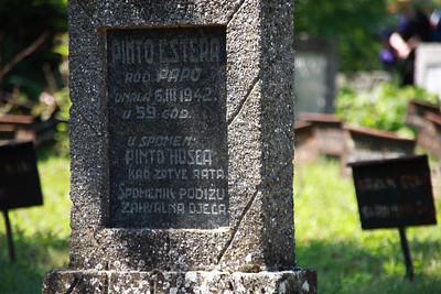 こうして墓石を持つ故人は少ない。多くは名前すらも消えかけた、こみ上げて来る悲しみと涙で錆び付いたかのような赤茶けた鉄板だ。