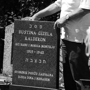 当時27歳だった若い母。収容所で充満していた病気にかかり、もう生き延びられないと悟った母はまだ元気だった息子に逃げなさいと言い残し、幼い娘と供に1942年に収容所にて死亡。収容所から逃亡し生き延びた少年は後にイスラエルに渡り、2009年、ようやくここに母と妹の墓を建てることができた。