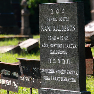 当時27歳だった母のおかげで収容所から逃亡し生き延びた少年により、2009年にようやく建てられた当時2歳で母親と供に収容所で亡くなった幼女の墓。