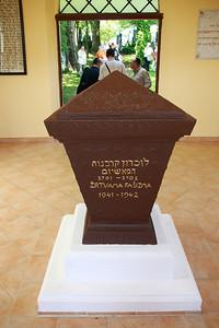 ユダヤ人墓地入口にある追悼碑。