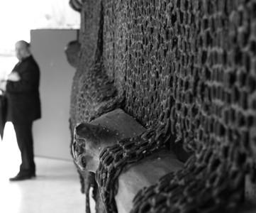 収容されていた人々が制作した鎖。それに覆われた骨(木製)のオブジェ。