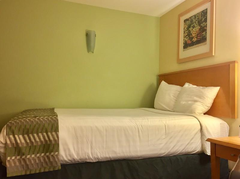 Un lit double dans les teintes de verts!