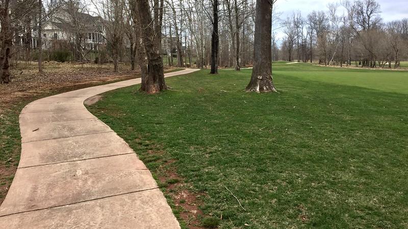 Petit sentier sillonnant le golf Landsdowne