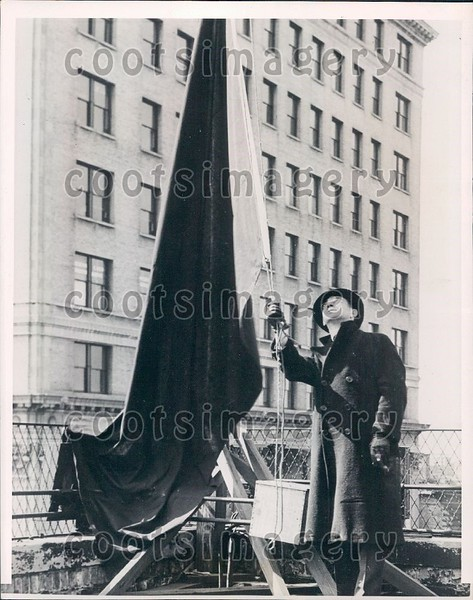 1939 Gary Indiana Man Raises Black Flag For Traffic Fatality Press Photo