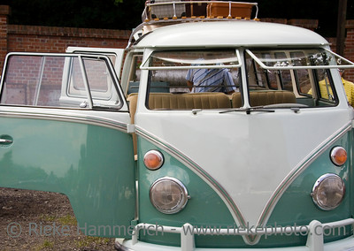 Packing a vintage volkswagen with a lot of baggage on the roof - Car doors open