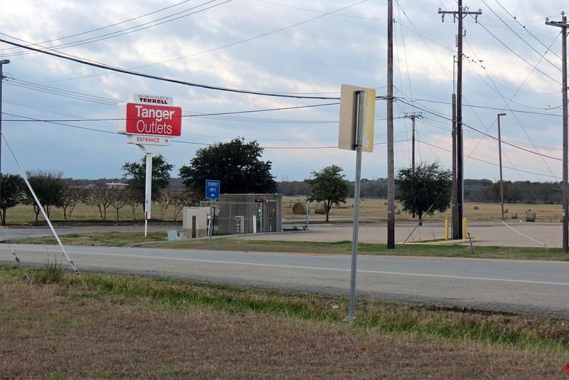 """And yes, there actually is a large outlet mall here.  But you wouldn't know it from where I'm standing.  The official entrance to the mall is located along the interstate frontage road further to the west.  The sign seen above sits at what I'll call the """"back way"""" into the complex."""