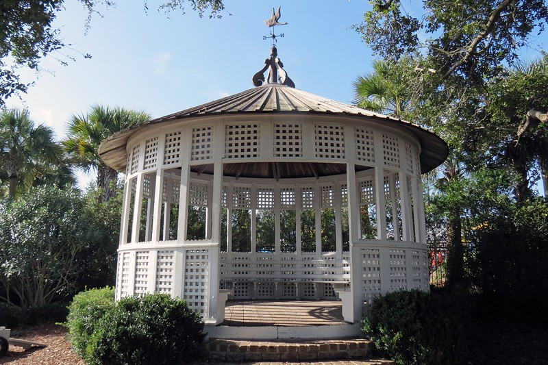 The gazebo dates from approx. 1910 and was relocated to the site 1988 and subsequently restored.