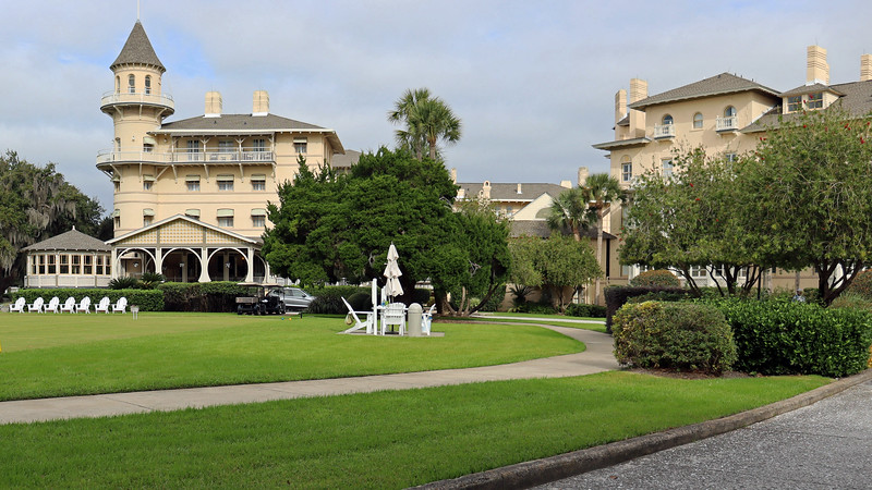 Just past the huge tree in the previous photos sits the historic Jekyll Island Club Hotel.  As we headed inside to make a Brunch reservation and to do some exploring, it occurred to me that this is the first time I've been inside the hotel building.  Cool !