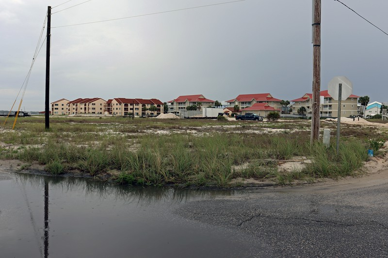 South Carolina Street and White Sands Boulevard.  Any area available for development contains either vacation homes or condos.  The property directly in front of where I was standing in the photo above was vacant, but probably wouldn't be for long.  The red-roof buildings seen in the background are part of the Sunset Harbor condo complex.