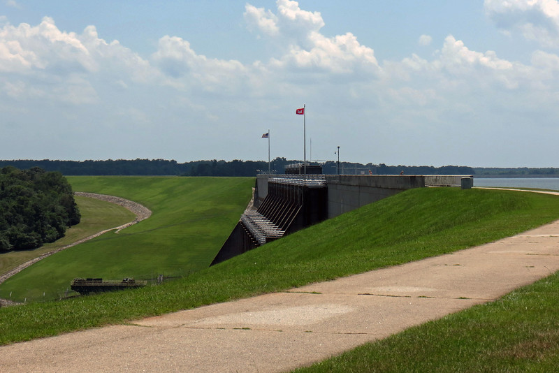Just as was the case on the Georgia side, the South Carolina side of Hartwell Dam also features a paved trail.