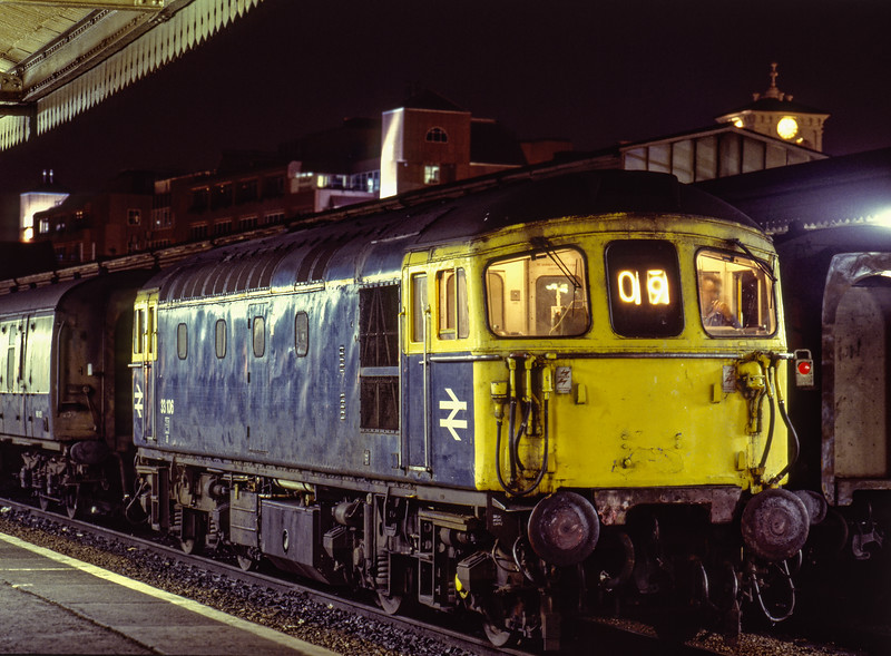 33106 shunting vans at Reading, after arrival with 3M18, the 21:45 Redhill - Crewe Parcels, <br /> on 13th September 1989.  Scanned Transparency.