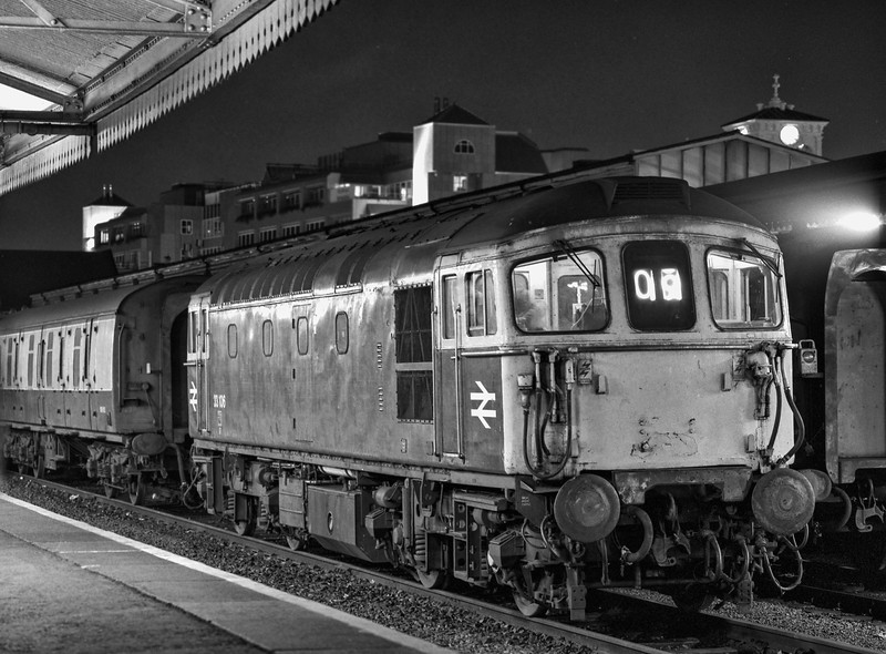 33106 shunting vans at Reading, after arrival with 3M18, the 21:45 Redhill - Crewe Parcels, <br /> on 13th September 1989.  Scanned Negative.