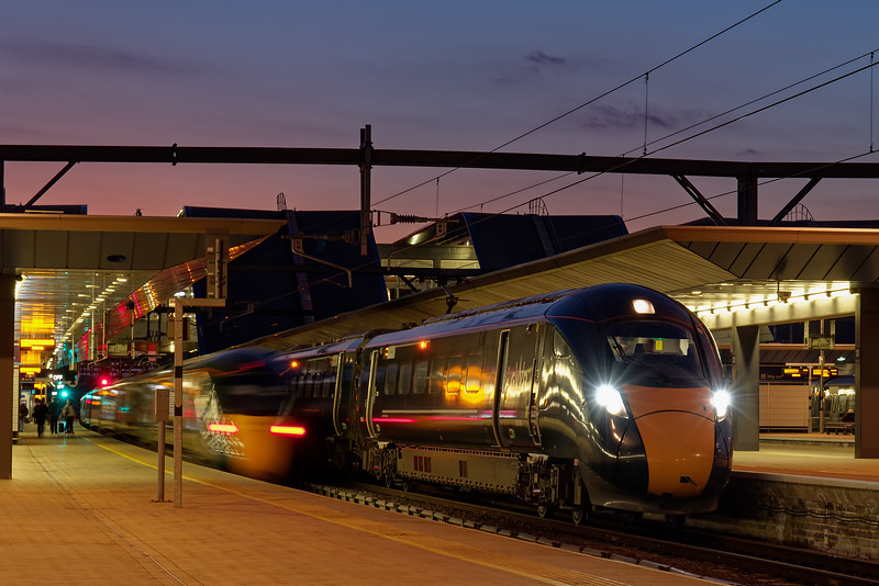 800024 waits at Reading with 1P41, the 18:31 Oxford - Paddington, while 802107 departs with the 18:30 Paddington - Weston-super-Mare. 27th March 2019.