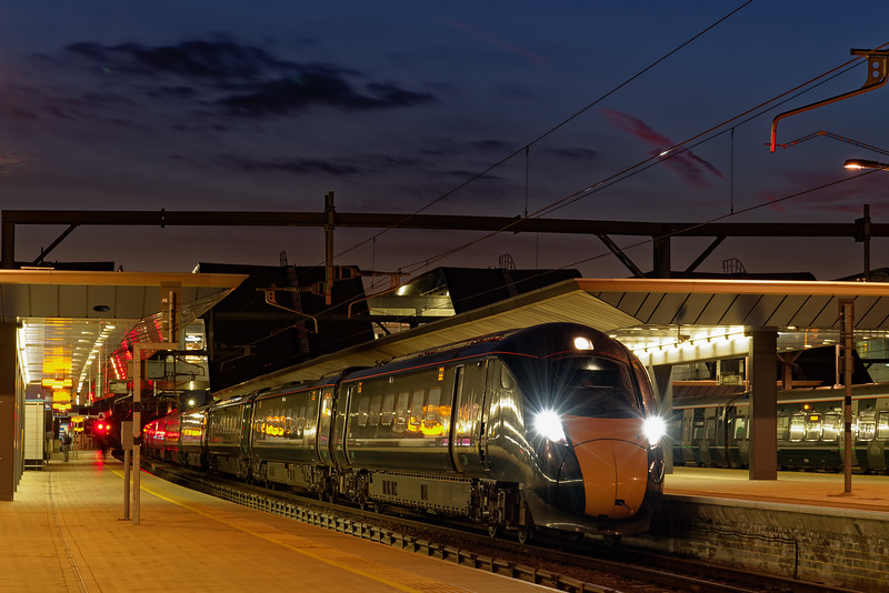 800310 waits time at Reading with 1A28, the 18:00 Bristol Temple Meads - Paddington. <br /> 27th March 2019.