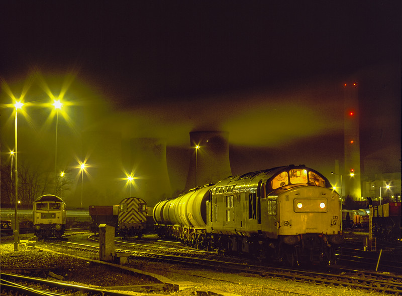 37212, 08905 and 47105 in Didcot Yard, 3rd January 1992.