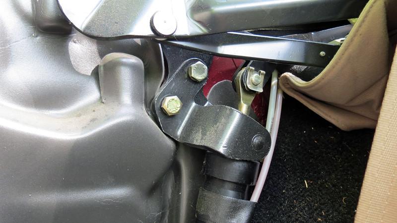 The top cylinder pivots around this bracket.