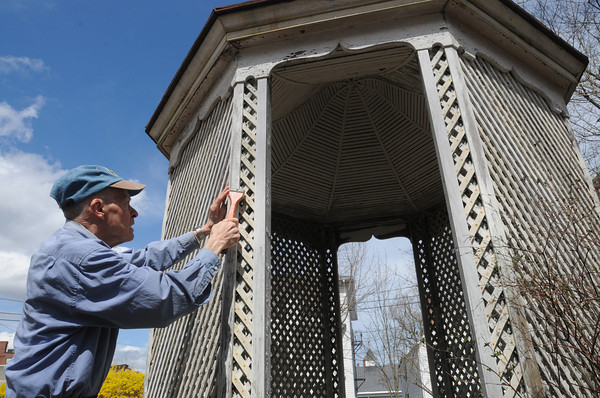 Beverly:<br /> Jim Davies of the Rotary Club scrapes the paint on the gazebo in the backyard of the Cabot House.<br /> Photo by Ken Yuszkus/The Salem News, Friday, April 19, 2013.
