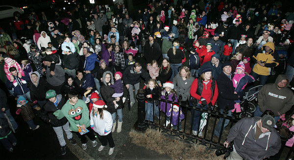 Salem:<br /> The crowd waits for Santa to descend from the roof of the Hawthorne Hotel by ladder courtesy of the fire department.<br /> Photo by Ken Yuszkus/The Salem News, Friday, December 7, 2012.