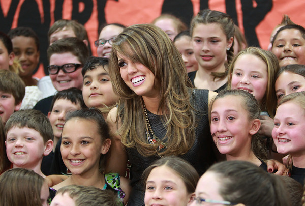 "Beverly: Beverly native and American Idol Finalist Angie Miller poses for a ""class photo"" with students from the Centerville Elementary School on Saturday afternoon. David Le/Salem News"