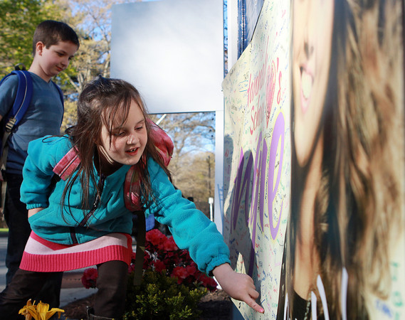Peabody: Abigail Dorey, 5, a student at the Hannah Elementary School looks for her name on a banner for Angie Miller. Students from the Hannah Elementary School on Brimbal Ave in Beverly signed a banner for Angie Miller and hung it outside for all to see. David Le/Salem News